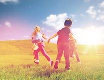 Группа в составе счастливые дети бежать outdoors Стоковая Фотография RF