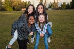 Группа в составе счастливые дети играя снаружи стоковое фото rf