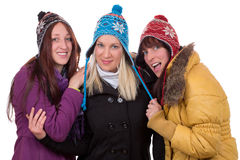 Группа в составе счастливые женщины в зиме с перчатками, шарфом и крышками Стоковые Фотографии RF