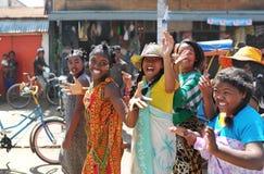 Группа в составе счастливые женщины идет вдоль улицы города Мадагаскар антенн стоковая фотография rf
