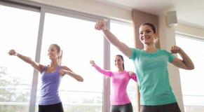 Группа в составе счастливые женщины разрабатывая в спортзале Стоковые Изображения RF