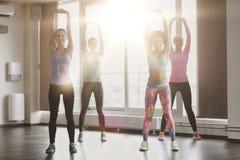 Группа в составе счастливые женщины разрабатывая в спортзале Стоковые Фотографии RF