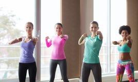 Группа в составе счастливые женщины разрабатывая в спортзале Стоковое Фото