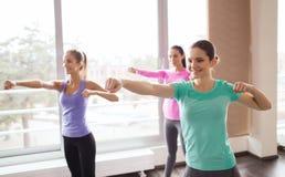 Группа в составе счастливые женщины разрабатывая в спортзале Стоковое Изображение