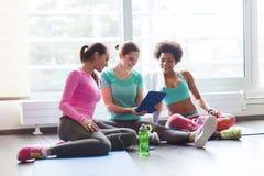 Группа в составе счастливые женщины с ПК таблетки в спортзале Стоковые Фото