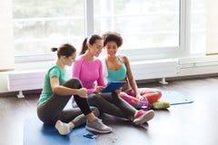 Группа в составе счастливые женщины с ПК таблетки в спортзале Стоковые Изображения RF