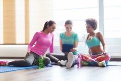 Группа в составе счастливые женщины с ПК таблетки в спортзале Стоковое Изображение RF