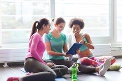 Группа в составе счастливые женщины с ПК таблетки в спортзале Стоковые Изображения
