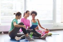 Группа в составе счастливые женщины с ПК таблетки в спортзале Стоковые Фотографии RF