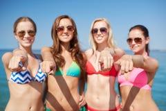 Группа в составе счастливые женщины указывая на вас на пляже Стоковое фото RF