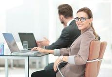 Группа в составе счастливые и успешные бизнесмены смотря уверенно Стоковые Фото