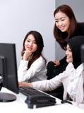 Группа в составе счастливые коммерсантки в встрече на офисе Стоковое Изображение RF