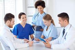 Группа в составе счастливые доктора встречая на офисе больницы Стоковая Фотография RF