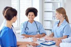 Группа в составе счастливые доктора встречая на офисе больницы Стоковые Фотографии RF