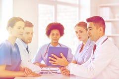 Группа в составе счастливые доктора встречая на офисе больницы Стоковые Фото