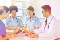 Группа в составе счастливые доктора встречая на офисе больницы Стоковое Изображение RF