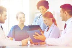 Группа в составе счастливые доктора встречая на офисе больницы Стоковая Фотография