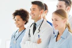 Группа в составе счастливые доктора на больнице Стоковая Фотография