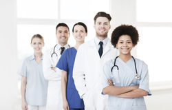 Группа в составе счастливые доктора на больнице Стоковая Фотография RF