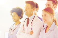Группа в составе счастливые доктора на больнице Стоковое Изображение
