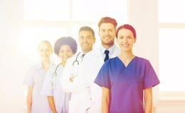 Группа в составе счастливые доктора на больнице Стоковое Фото