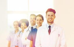 Группа в составе счастливые доктора на больнице Стоковые Изображения