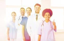 Группа в составе счастливые доктора на больнице Стоковое фото RF