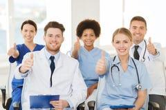 Группа в составе счастливые доктора на семинаре на больнице Стоковые Изображения