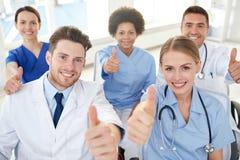 Группа в составе счастливые доктора на семинаре на больнице Стоковое фото RF