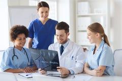 Группа в составе счастливые доктора обсуждая изображение рентгеновского снимка Стоковое Изображение RF