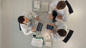 Группа в составе счастливые доктора с компьютерами ПК таблетки видеоматериал