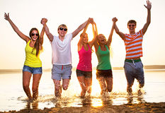 Группа в составе счастливые подростки на пляже Стоковое фото RF