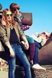 Группа в составе счастливые предназначенные для подростков девушки на улице города Стоковая Фотография