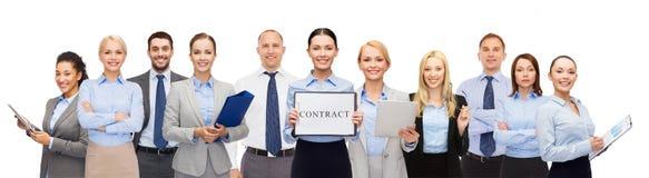 Группа в составе счастливые предприниматели держа контракт стоковое изображение
