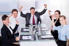Группа в составе счастливые предприниматели стоковое изображение rf