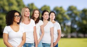 Группа в составе счастливые различные женщины в белых футболках Стоковая Фотография