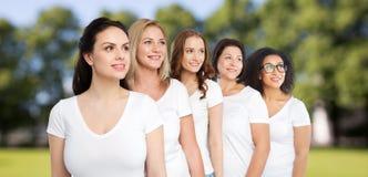 Группа в составе счастливые различные женщины в белых футболках Стоковое Изображение
