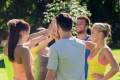 Группа в составе счастливые друзья делая максимум 5 outdoors Стоковая Фотография RF