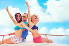 Группа в составе счастливые друзья имея потеху на яхте, во время летних каникулов Стоковые Изображения RF