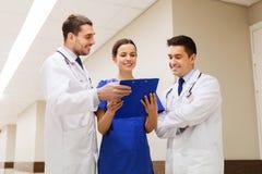 Группа в составе счастливые сотрудник военно-медицинской службы с доской сзажимом для бумаги на больнице Стоковые Изображения