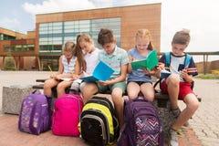 Группа в составе счастливые студенты начальной школы outdoors Стоковые Изображения