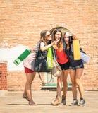 Группа в составе счастливые лучшие други при хозяйственные сумки принимая selfie стоковые фотографии rf