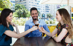 Группа в составе счастливые человек и женщина в баре Стоковые Фотографии RF