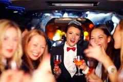 Группа в составе счастливые элегантные женщины clinking стекла в лимузине, партии курицы стоковые фотографии rf