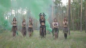 Группа в составе танцоры женщин с макияжем и в мистических фантастических костюмах танцуя в дыме цвета Феи леса, дриады сток-видео