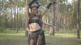 Группа в составе танцоры женщин с макияжем и в мистических фантастических костюмах танцуя шпунтовой танец в феях леса леса акции видеоматериалы