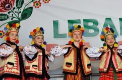 Группа в составе танцоры заполированности женщины фольклорные Стоковое Изображение RF