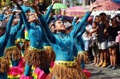 Группа в составе танцоры масленицы в различных костюмах танцует в наслаждении вдоль улицы Стоковые Фото