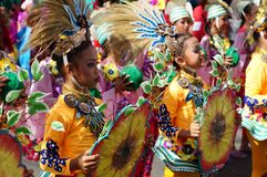 Группа в составе танцоры масленицы в различных костюмах танцует в наслаждении вдоль улицы Стоковое Изображение