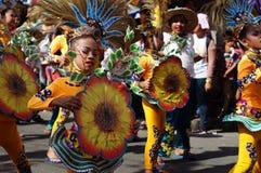 Группа в составе танцоры масленицы в различных костюмах танцует в наслаждении вдоль улицы Стоковое фото RF